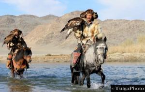 2 eagle hunters