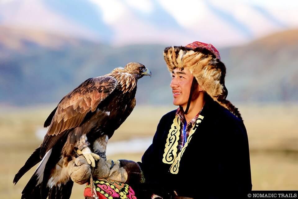 Master and Eagle eye contact Mongolia - Nomadic Trails